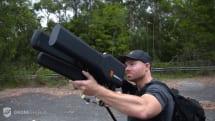 不審ドローンを強制的に離陸地へ戻す電波銃DroneGun。追いかけて犯人の居場所特定も可能