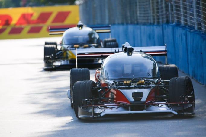 无人自动驾驶「赛车」的首场测试赛以自撞收场