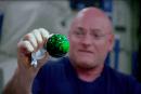 看看太空人把玩彩色水球的 4K 视频