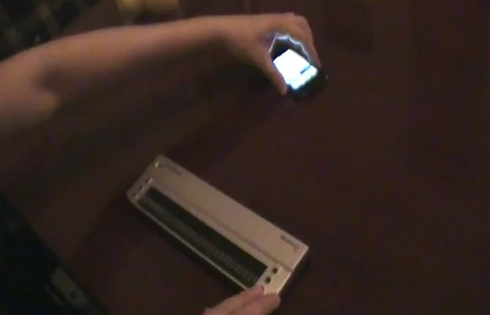 iPhone 4 plus Brailliant-32 display enables even blind men to experience the magic (video)