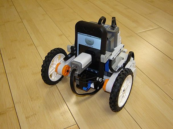 Video: iPhone + LEGO robot = superfluous genius