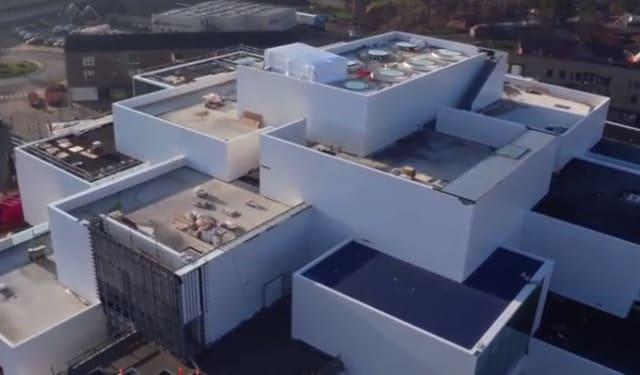 レゴが、まるで巨大なレゴブロックを積み上げたような新施設を建設