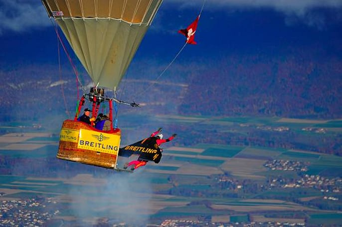 Yves Rossy's jetpack loops a hot air balloon, looks great doing it (video)