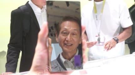 手鏡にもなるXperia Z5 Premium。ASUS会長も興味津々で映りこみ (動画)