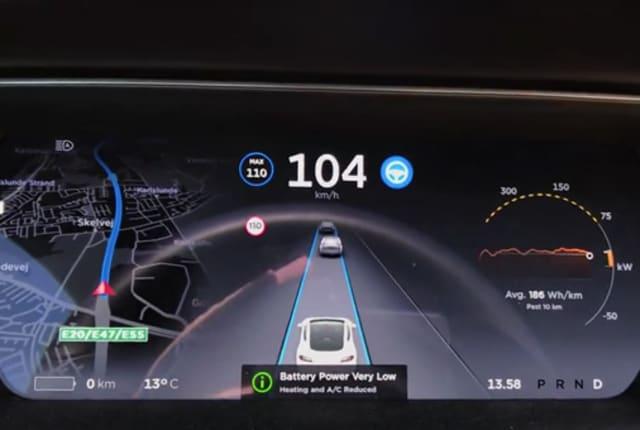 テスラ「モデル S」のバッテリー残量表示が0に... あと何キロ走れる?