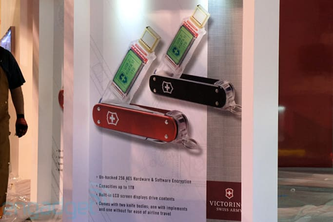 Victorinox to launch 1TB USB / eSATA II flash drive with built-in LCD at CES