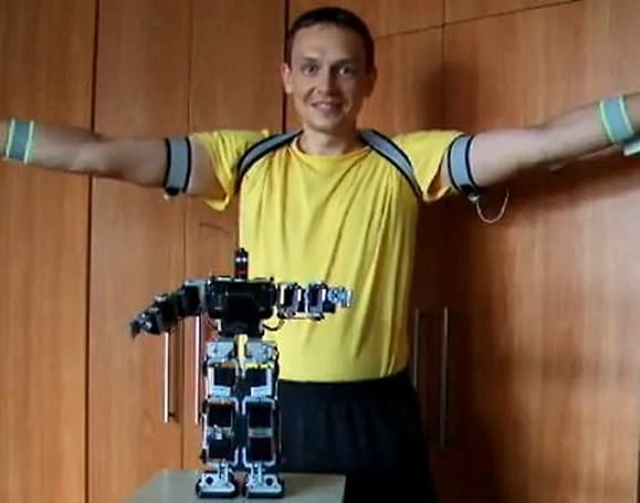 Man builds master-slave control suit for robot; master plays tennis, slave makes funny faces