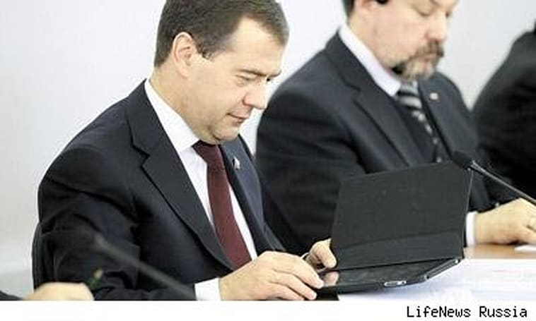 Russian President Medvedev loves him some iPad