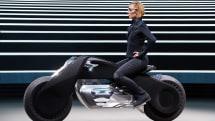 BMWが提案する未来のバイクVision Next 100。スタンドなしで自立、事故回避機能によりヘルメット不要