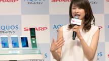 AQUOSスマホCMにカトパンが登場。シャープが最新携帯電話を紹介、AI機能「エモパー」が生活に癒やしを与えるとアピール