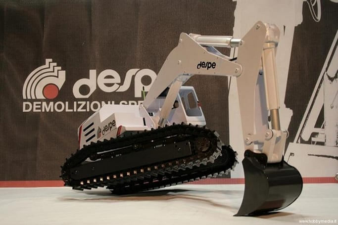 Radio Controlled EC280MG excavator is a big, bad Tonka come to life (video)