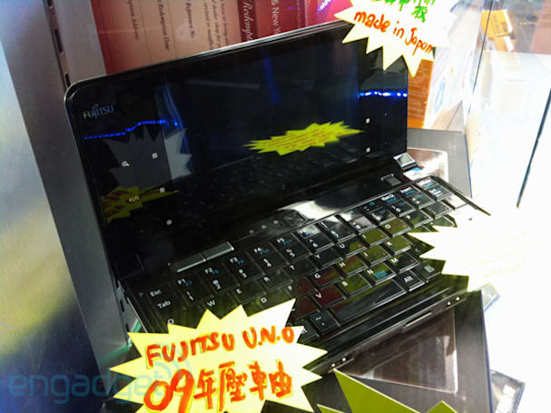 Fujitsu LifeBook UH900 spotted in the wild, courtesy of shouting speech bubbles