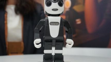 シャープの2足歩行ロボット型携帯電話 RoBoHoN 実機ギャラリー。感情に訴える、愛くるしさ全開の端末(動画)