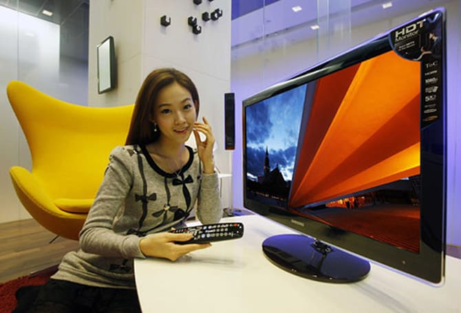 Samsung SyncMaster P2770HD has built-in TV tuner, sex appeal