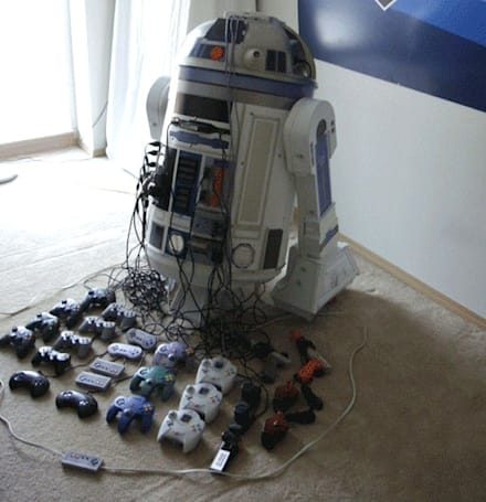 R2D2 turned into retro gaming shrine, includes head-mounted projector