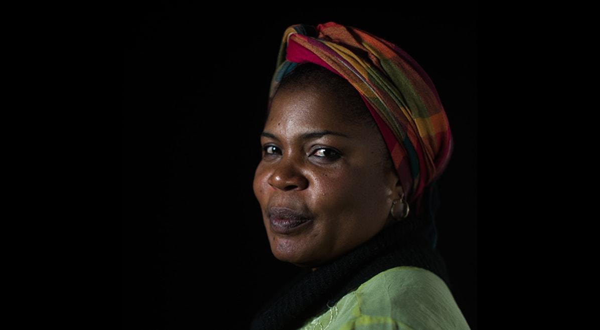 Ela fugiu do Boko Haram e hoje sofre preconceito no Brasil