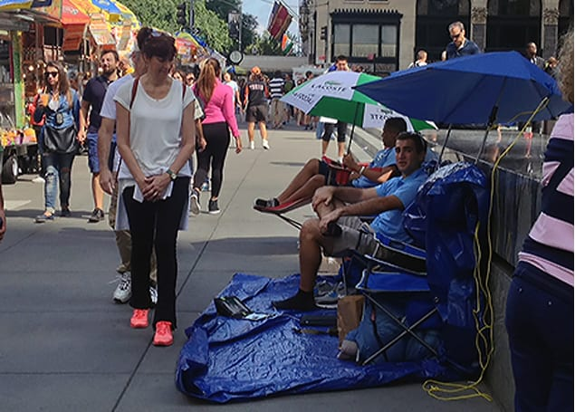 Three days into NYC iPhone wait, SellYourMac reps begin live feed