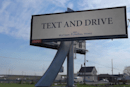 『運転中にスマホをお使いください』看板を葬儀場が設置。実は危険運転への暗喩広告