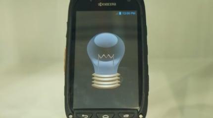 太陽光で充電するスマートフォン、京セラがMWC出展。直射日光下に2時間で5分間の通話が可能