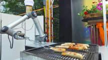 見過這位既會煎烤又能服務點餐的 BratWurst Bot 機器人大廚