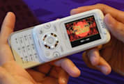 Sony Ericsson F305 gets toyed with, previewed