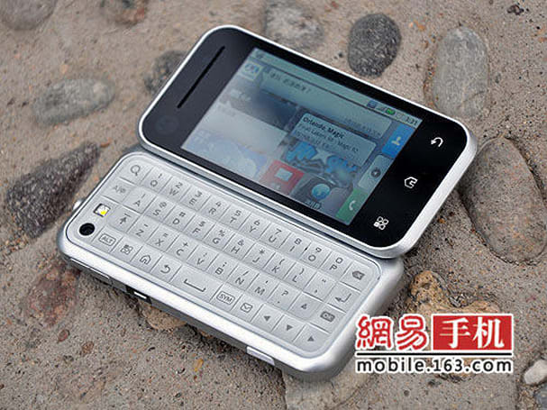 Motorola Backflip spotted in the wilds of China