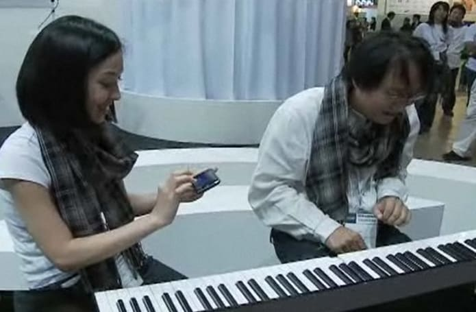 Finger Piano Share plays your Disklavier via WiFi (video)