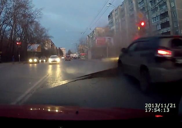 【ビデオ】道路が襲いかかってくる! ロシアの車載カメラがとらえた恐怖の瞬間!!