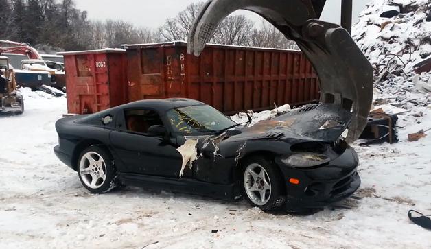 【ビデオ】ダッジ「ヴァイパー」が引き裂かれ廃車にされる瞬間!