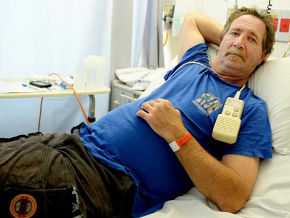 man has a beer after being bitten by deadly snake