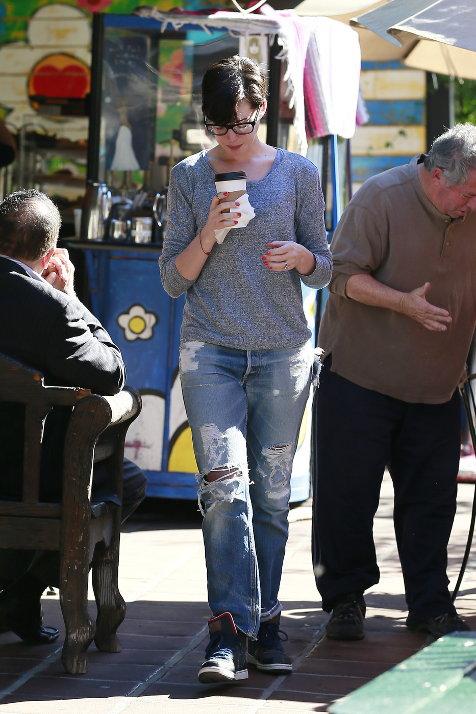 LOS ANGELES, CALIFORNIA - Saturday November 30, 2013. Anne Hathaway grabs some coffee on the go in Los Angeles. Photograph: Bruja, ? PacificCoastNews **FEE MUST BE AGREED PRIOR TO USAGE** **E-TABLET/IPAD & MOBILE PHONE APP PUBLISHING REQUIRES ADDITIONAL FEES** LOS ANGELES OFFICE: +1 310 822 0419 LONDON OFFICE: +44 20 8090 4079