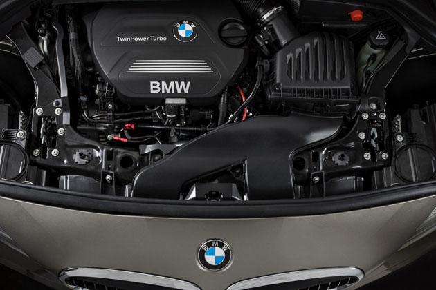 Motorraum des BMW 218d Active Tourer mit quer eingebautem Motor.