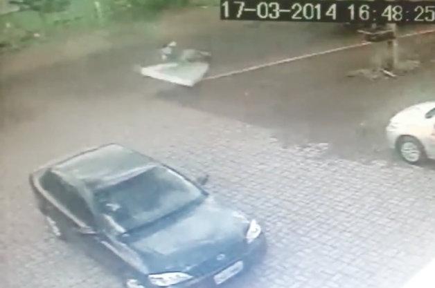 【ビデオ】マットレスに着地して無傷で済んだという珍しい事故を捉えた映像!