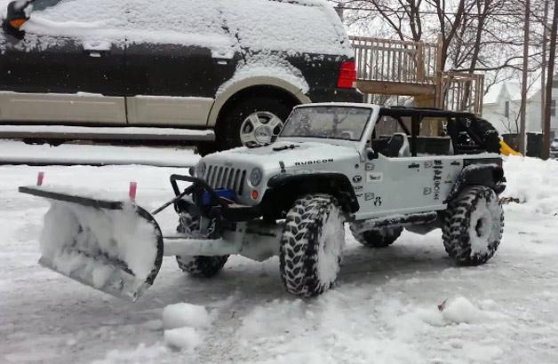 【ビデオ】ジープ「ラングラー」のラジコンカーで雪かき!