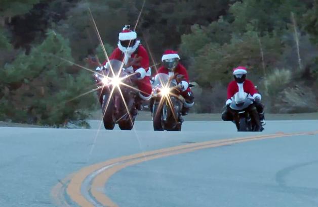 【ビデオ】サンタのトリオが峠道を「ヤマハ」「カワサキ」「BMW」で疾走!