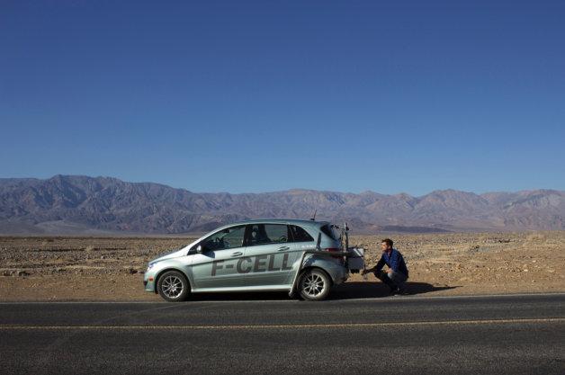 【ビデオ】ハリウッド・スターが水素燃料から生成される水で喉を潤し砂漠を走破する!