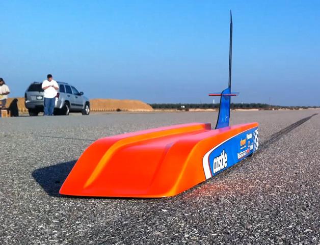 【ビデオ】最高速は何と304km/h! 世界最速のラジコンカーの驚異的な速さ