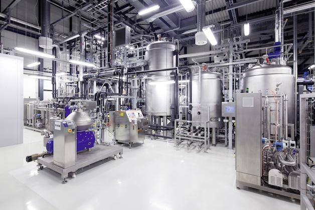 Audi geht eine strategische Partnerschaft mit Global Bioenergies ein. Der Automobilhersteller wird mit dem franzoesischen Biotechnologieunternehmen die Entwicklung nicht-fossiler Kraftstoffe vorantreiben. Neben den Audi e-gas und e-diesel Projekten verfolgt Audi mit der Erforschung von e-benzin nun seine Anstrengungen um alternative Kraftstoffe konsequent weiter.