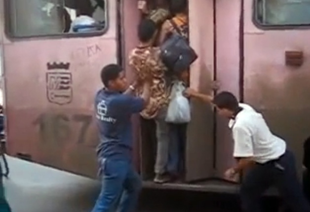 【ビデオ】山手線のラッシュなんて目じゃない!? キューバの超満員バス