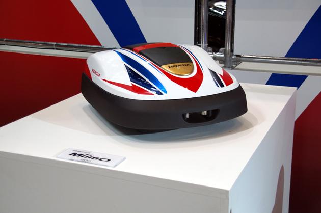【東京オートサロン2014】レーシーなカラーリングの自動的に芝が刈れるロボット登場!