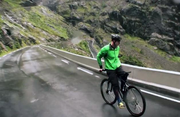 【ビデオ】後ろ向きで自転車に乗り、山道を80km/hで下るライダー!