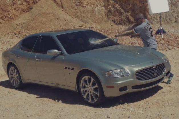【ビデオ】「高いモノに縛られてはいけない!」と愛車のマセラティをボコボコに
