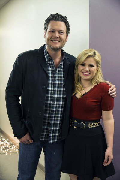 KELLY CLARKSON'S CAUTIONARY CHRISTMAS MUSIC TALE -- Pictured: (l-r) Blake Shelton, Kelly Clarkson -- (Photo by: Justin Lubin/NBC)