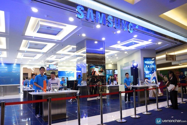 Samsung launches its first Samsung Experience Store in The Gardens Mall.http://vernonchan.com/tag/samsung/