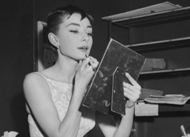 audrey-hepburn-doing-makeup