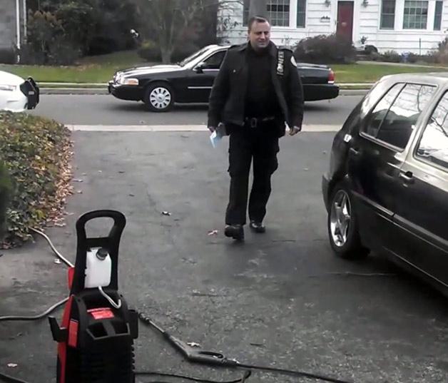【ビデオ】「自宅の敷地内での洗車は条例違反だ」 NYの警官のとんでもない言いがかり