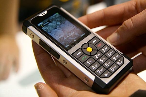 El Cat B100 es un teléfono 'tonto' que aguantará las peores palizas