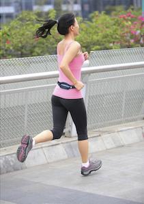 Runner wearing Bracketron TruRunner pack