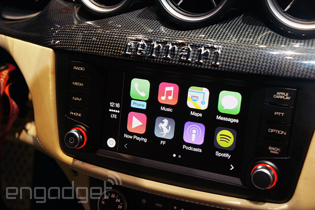 CarPlay v Mercedesu a Ferrari (Videa)