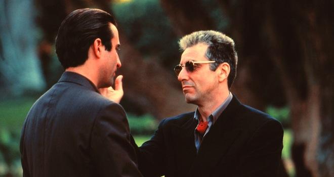 Der Pate, Teil 3 (The Godfather, Part III; USA 1990; Regie: Francis Ford Coppola) Andy Garcia, Al Pacino / Mafia, Mann Sonnenbrille, Wange t tscheln, Mafia, Mafioso, Mafiosi, Mafia-Saga, organisiertes Verbrechen, Kriminalit t, drei /------WICHTIG: Nutzung nur redaktionell mit Filmtitelnennung bzw. Berichterstattung ber diesen Film. Buch- und Kalendernutzung nur nach Absprache. ------IMPORTANT: To be used solely for editorial coverage of this specific motion picture/TV programme.  Picture Alliance\Everett Collection